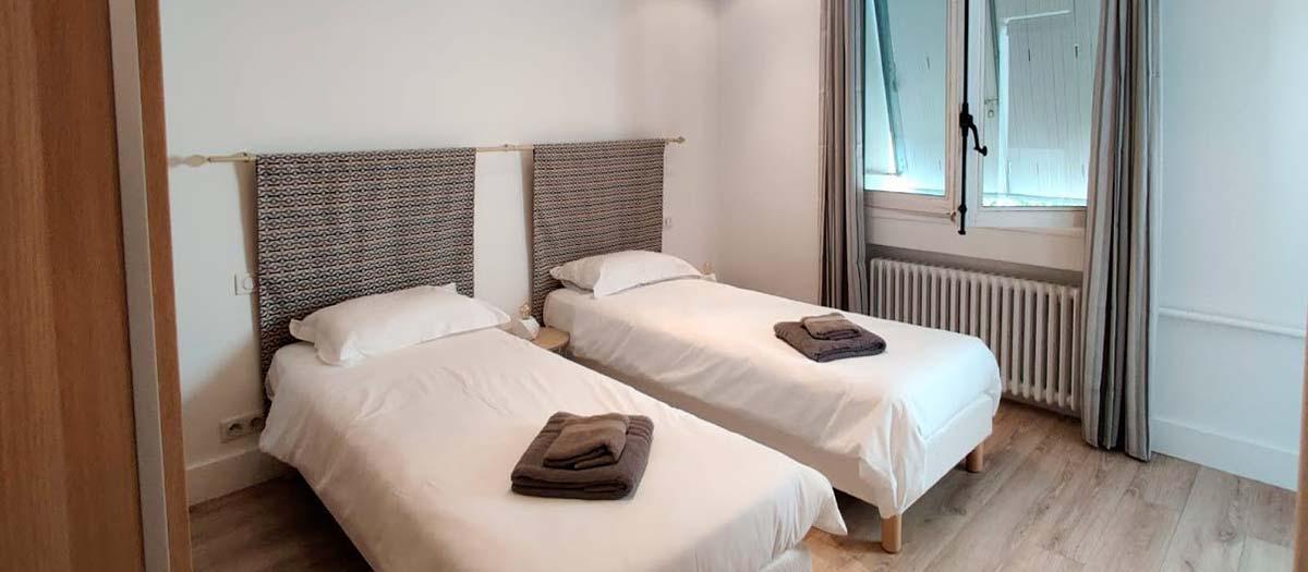 chambre au calme coté cour avec baignoire et lavabo